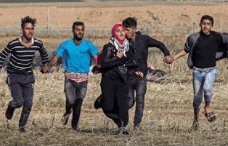 ה׳פליווד׳ היומי: תמונה הרואית של צעירים פלסטינים המנסים להגן בגופם על בחורה מפני כדורי הצלפים הישראלים