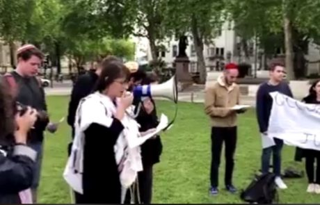 צפו: עובר אורח נתקל ברפורמים באנגליה אומרים קדיש על המחבלים שנהרגו בעזה